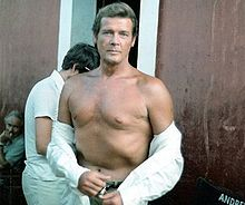 deces-roger-moore/220px-roger-moore-at-the-sets-of-sea-wolves-cropped-jpg.jpeg