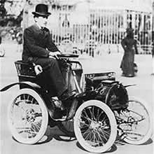 louis-renault-prend-ses-premieres-commandes/louis-renault-with-his-first-car.jpg