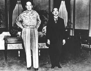le-japon-decide-de-capituler/the-emperor-and-general-macarthur293041-jpg.jpeg