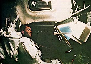 apollo-13-dans-le-module-lunaire/as13-haise-sleeping535756-jpg.jpeg