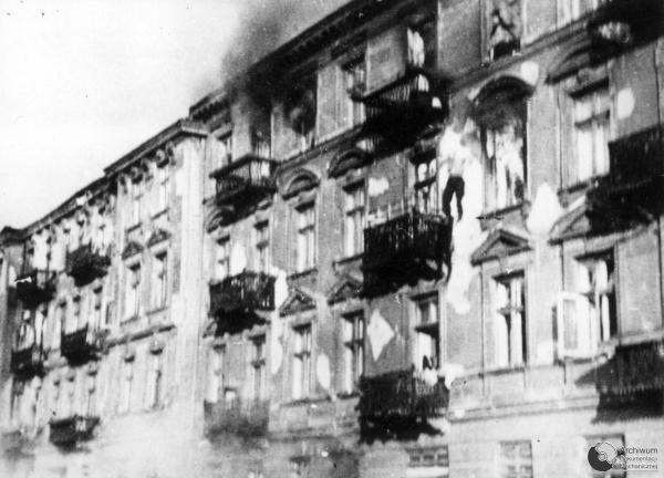 debut-de-linsurrection-generale-des-60-000-survivants-du-ghetto-de-varsovie-/window-jump-ghetto-warsaw434354-jpg.jpeg