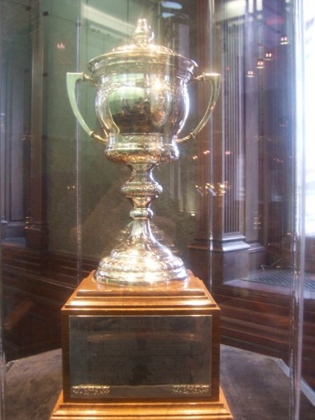 sports-frank-boucher-recoit-le-lady-byng-en-permanence/lady-byng-trophy-hhof-jpg.jpeg