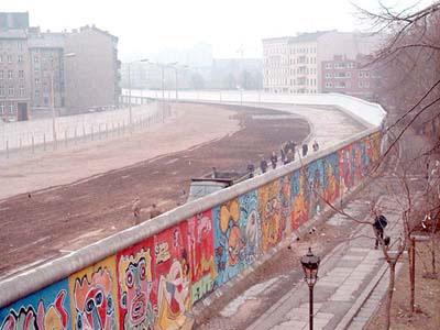 le-mur-de-berlin-secroule/berlin-wall-graffiti-and-death-strip-jpg.jpeg