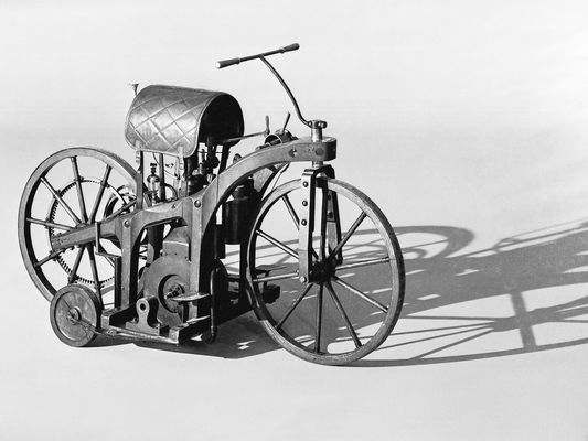 invention-de-la-premiere-moto/daimler-riding-car-studio-jpg.jpeg