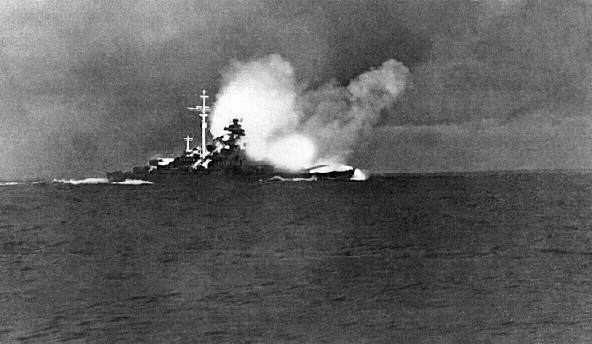 le-bismarck-sombre-a-son-tour/german-battleship-bismarck-firing-on-pow30-jpg.jpeg