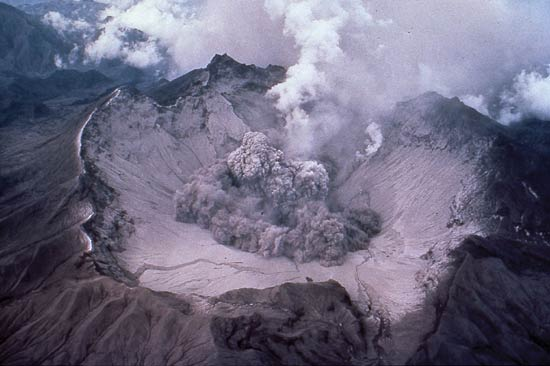 le-mont-pinatubo-se-dechaine/pinatubo-early-eruption-1991-jpg.jpeg