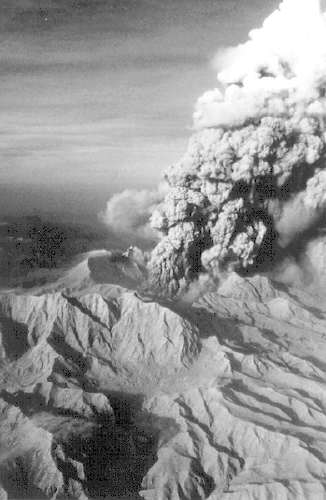 le-mont-pinatubo-se-dechaine/vertical-eruption-at-pinatubo-1991-jpg.jpeg