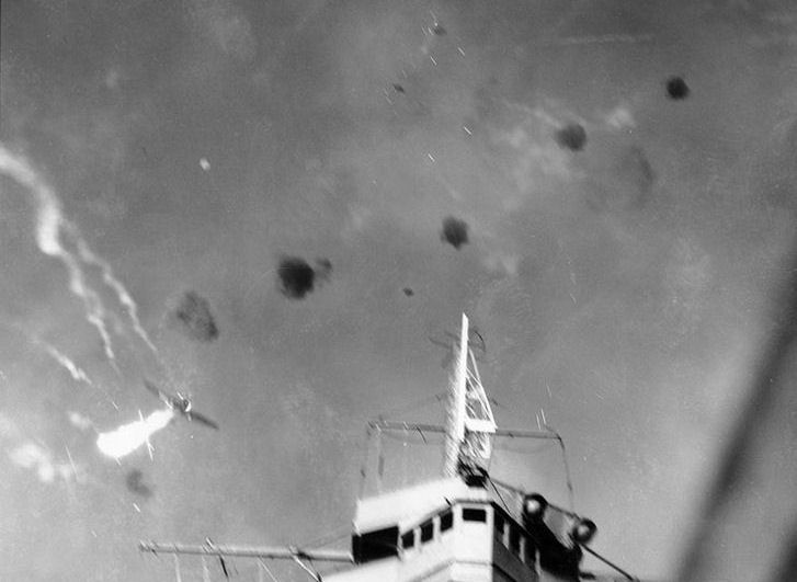 bataille-des-salomon-orientales/dive-bomber-shot-over-enterprise-24aug42-jpg.jpeg