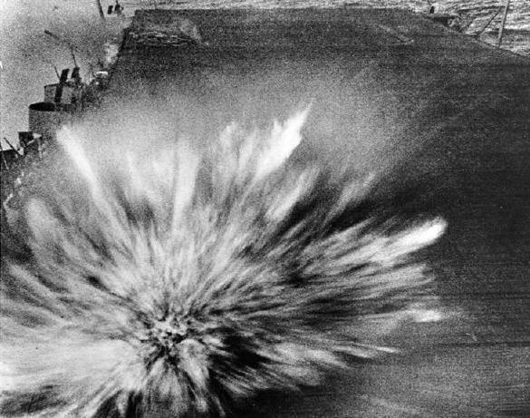 bataille-des-salomon-orientales/uss-enterprise-bomb-hit-bat-eastern-solomons-jpg.jpeg