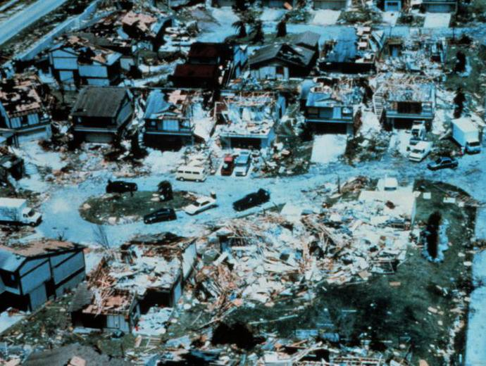 sacree-meteo-louragan-andrew-frappe-les-bahamas-et-le-sud-de-la-floride/destruction-following-hurricane-andrew1-jpg.jpeg