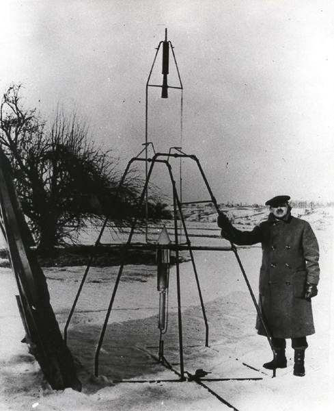 naissance-robert-goddard/goddard-and-rocket33-jpg.jpeg