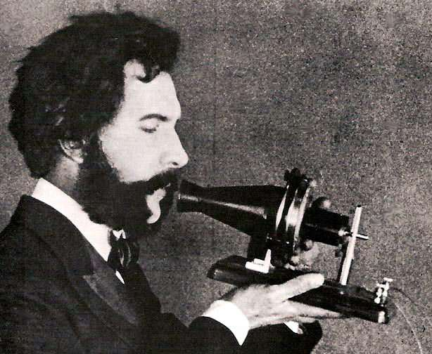 graham-bell-recoit-le-brevet-du-telephone/bell-speaking-into-telephone.jpg