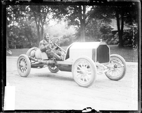 naissance-louis-chevrolet/louis-chevrolet-in-a-buick1.jpg