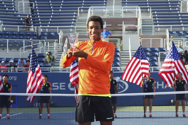 sports-felix-auger-aliassime-triomphe-a-new-york/1261171-felix-auger-aliassime-pose-fierement.jpg