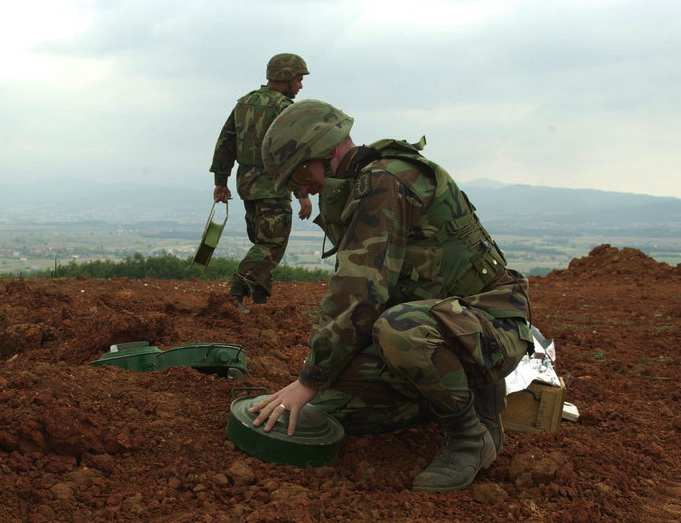 signature-de-la-convention-sur-linterdiction-des-mines-antipersonnel/us-soldiers-removing-landmines-gr1.jpg