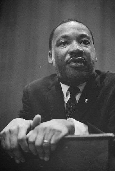 deces-martin-luther-king-jr-/martin-luther-king-1964-leaning-on-a-lectern-gr49.jpg