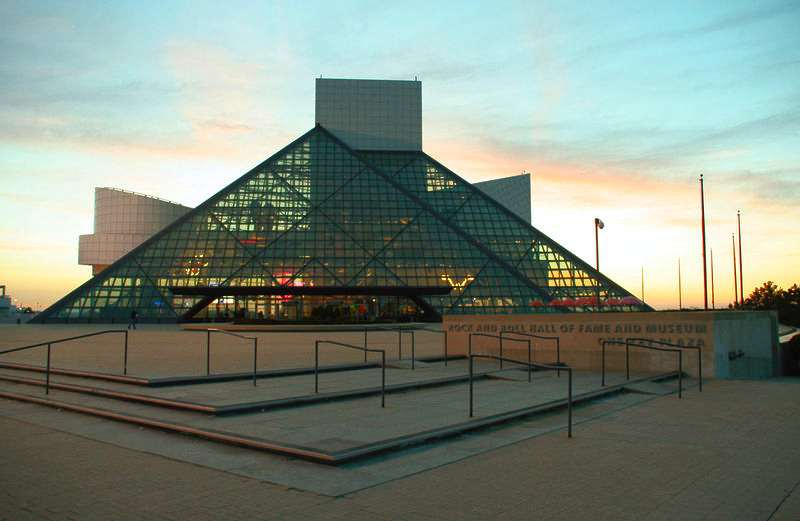 le-temple-de-la-renommee-du-rock-and-roll-est-fonde/rock-and-roll-hall-of-fame-sunset.jpg