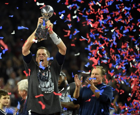 sports-les-patriots-remportent-le-super-bowl/1345074-tom-brady-brandit-trophee-vince.jpg
