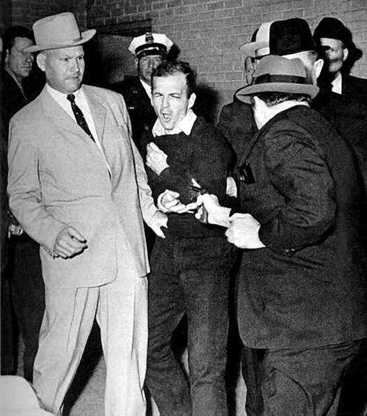 jack-ruby-condamne-a-mort/oswald-shot-by-jack-ruby.jpg