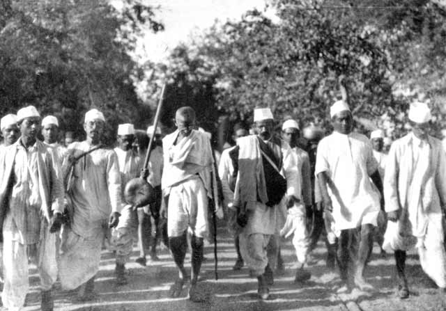 gandhi-declenche-la-marche-du-sel-/1930-march-all-bg34.jpg