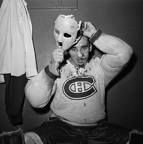 sports-sixieme-trophee-vezina-pour-jacques-plante/jacques-plante-putting-on-mask-gr75.jpg
