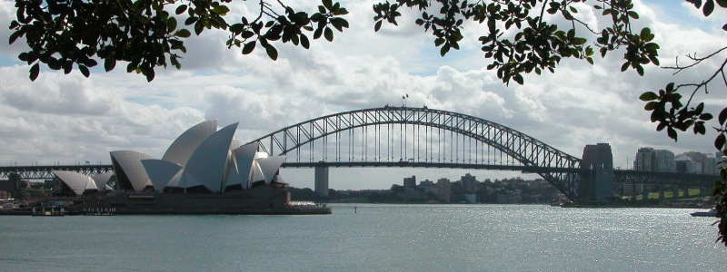 en-australie-le-pont-du-port-de-sydney-le-harbour-bridge-est-ouvert-a-la-circulation/bridgeandoperahouse.jpg