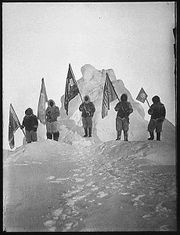 naissance-robert-edwin-peary/180px-peary-sledge-party-and-flags-at-the-pole-15.jpg