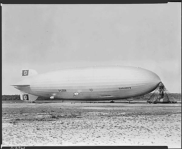 catastrophe-du-hindenburg-le-zeppelin-senflamme-et-cause-36-morts/hindenburg-at-lakehurst29.jpg