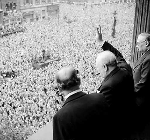 fin-de-la-seconde-guerre-mondiale-en-europe/churchill-waves-to-crowds.jpg