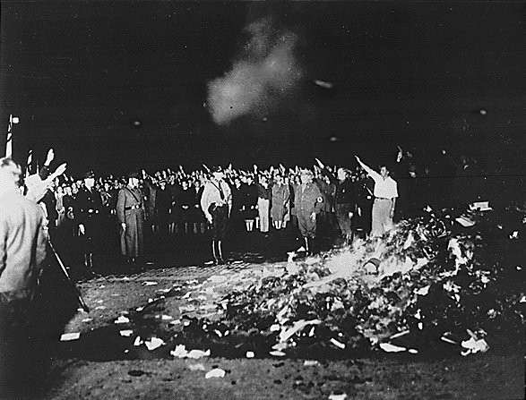 les-nazis-brulent-35-000-livres/books-smoulder-in-a-huge-bonfire-193311-jpg.jpeg
